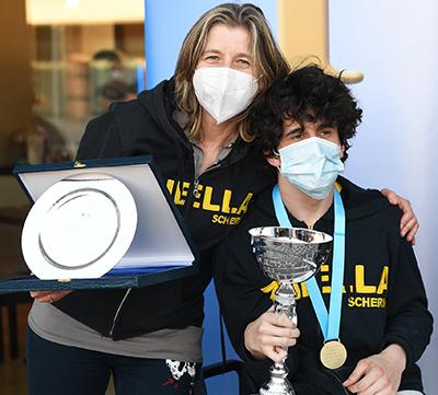 Leo con Magda sul podio della spada maschile (foto Bizzi)